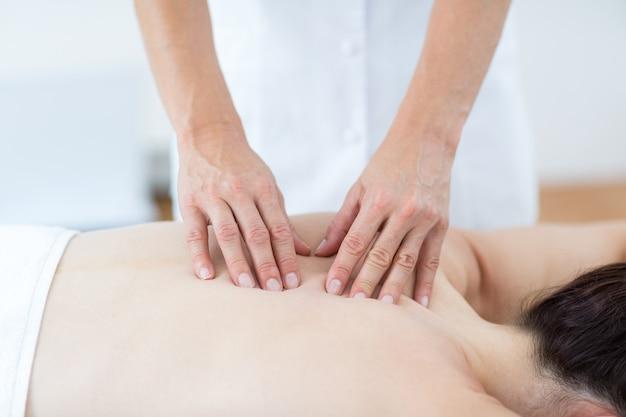 Fisioterapeuta fazendo massagem nas costas