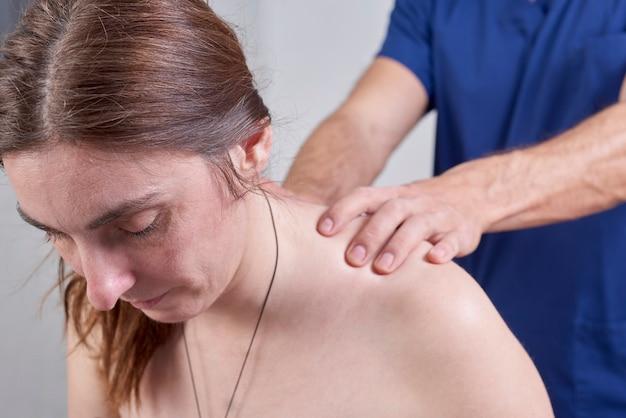 Fisioterapeuta, fazendo, um, mobilização, pescoço, de, femininas, paciente