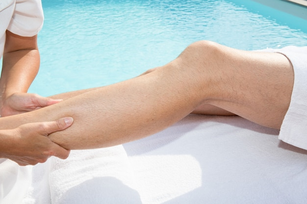 Fisioterapeuta fazendo uma massagem nas pernas