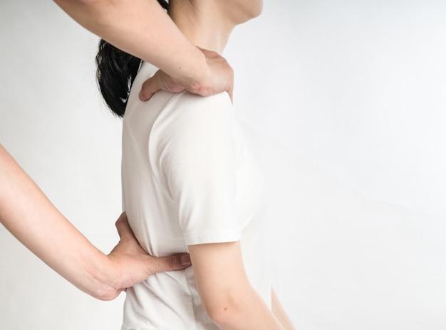 Fisioterapeuta feminina profissional, dando massagem nos ombros para homem no hospital