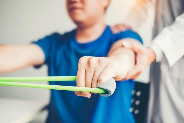 Fisioterapeuta, homem, dar, resistência, faixa, exercício, tratamento, aproximadamente, braço, e, ombro
