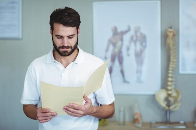 Fisioterapeuta lendo um arquivo