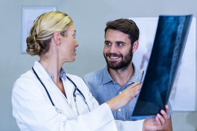Fisioterapeuta mostrando raio-x para um paciente