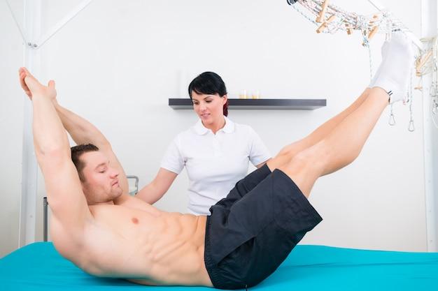 Fisioterapeuta ou esporte médico paciente na prática