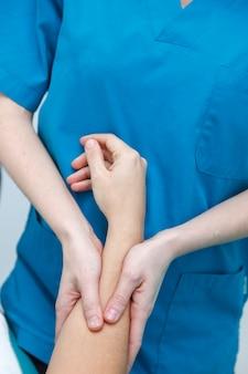 Fisioterapeuta profissional, ajudando um paciente com dor