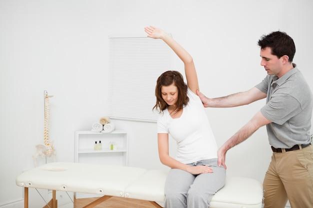 Fisioterapeuta que assegura o alinhamento central da coluna vertebral