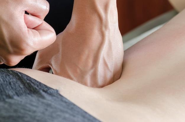 Fisioterapeuta / quiroprático fazendo uma massagem nas costas. osteopatia