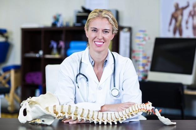 Fisioterapeuta sorridente dando massagem no pescoço para uma mulher