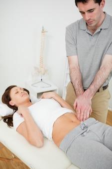 Fisioterapeuta tocando o abdômen de uma mulher
