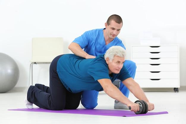 Fisioterapeuta trabalhando com paciente em centro de reabilitação