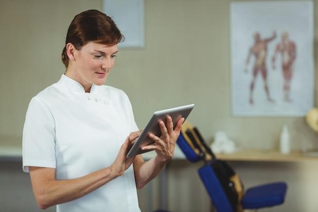 Fisioterapeuta usando tablet digital