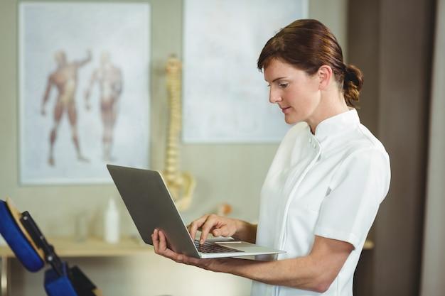 Fisioterapeuta usando um laptop
