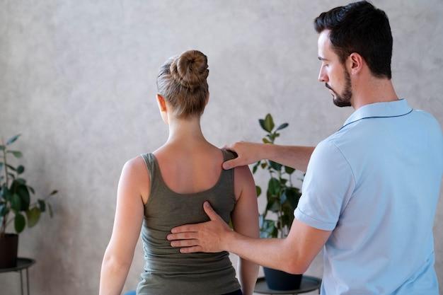Fisioterapeuta verificando tiro médio