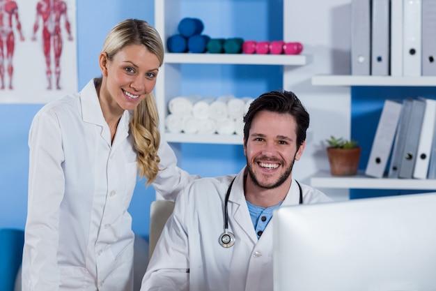 Fisioterapeutas sorrindo na clínica