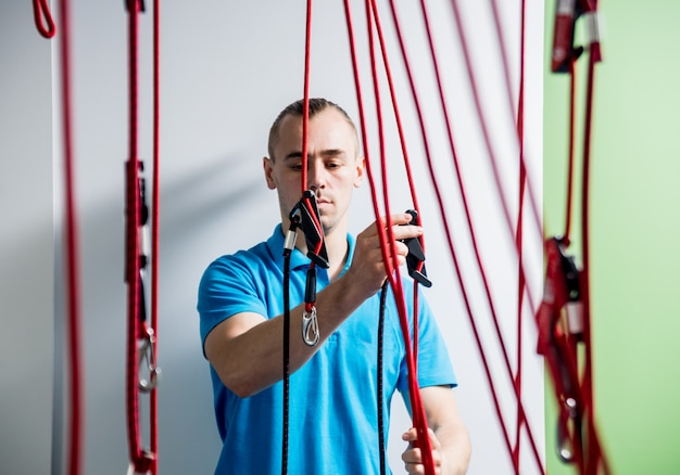 Fisioterapia. terapia de treinamento em suspensão. jovem fazendo tração fitness