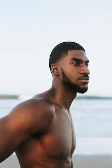 Fit homem posando na praia