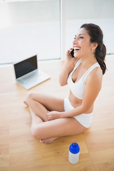 Fit mulher ligando com smartphone