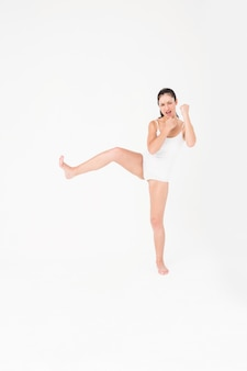Fit mulher praticando karatê