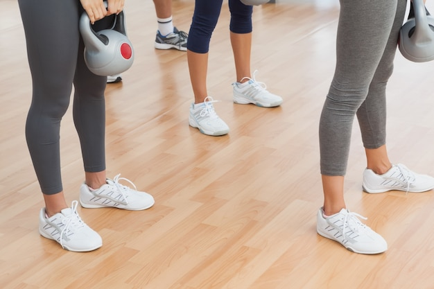 Fit mulheres exercitando com kettlebells na academia