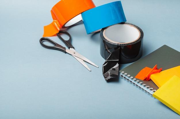 Fita adesiva, uísque, pintor e fita adesiva em um papel