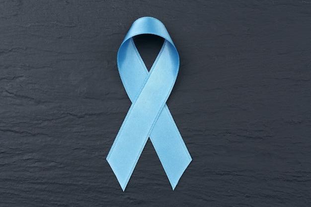 Fita azul clara em textura escura. conceito de câncer de próstata