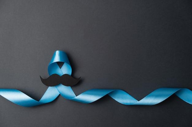 Fita azul com bigode em fundo preto