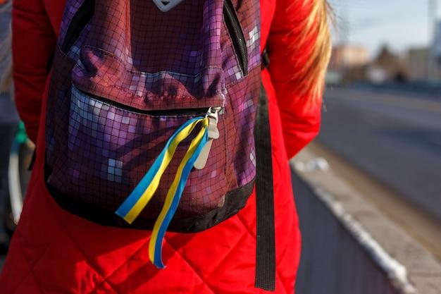 Fita azul e amarela na mochila. o símbolo da ucrânia. foco seletivo