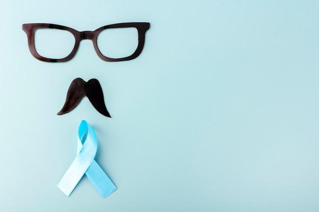 Fita azul e bigodes e óculos de papel falso preto