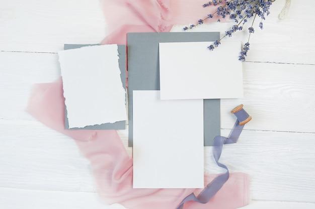 Fita branca cartão em branco sobre um fundo de tecido rosa e azul