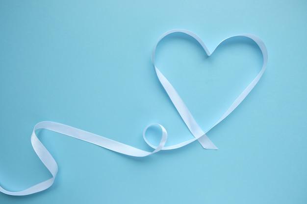 Fita branca em forma de coração