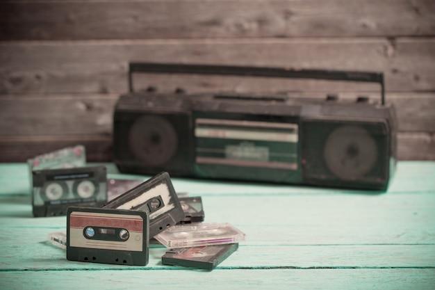 Fita cassete antiga e jogador na madeira