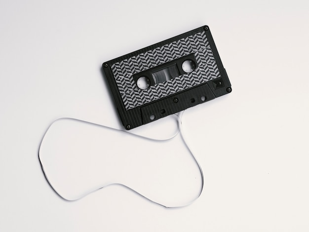 Fita cassete boken preta sobre fundo branco