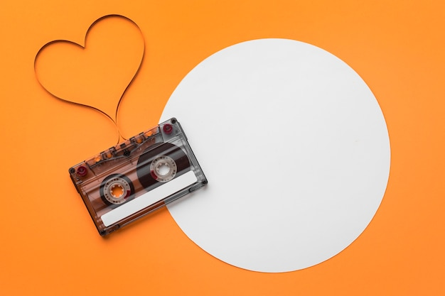 Fita cassete com filme magnético em formato de coração