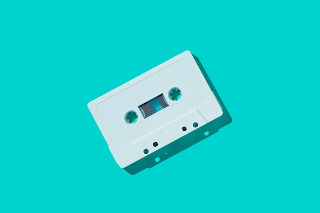 Fita cassete de áudio branco com sombra.