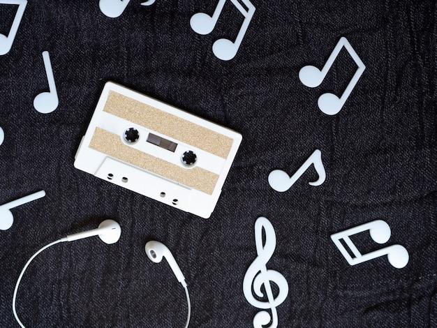 Fita cassete minimalista branco com notas musicais ao redor