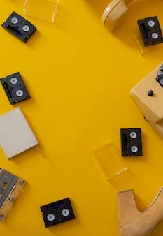 Fita cassete preta retrô fundo amarelo telefone antigo aparelho vista superior cópia espaço