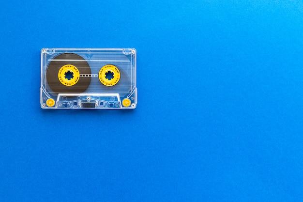 Fita cassete retrô dos anos 80 e 90. conceito de tecnologia antiga. vista plana leiga, superior, com espaço de cópia.