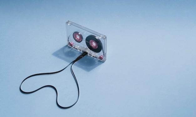 Fita cassete transparente com coração em forma e espaço para texto