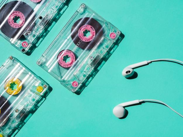 Fita cassete transparente com fones de ouvido refletindo a luz brilhante