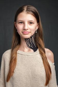 Fita cinesiologia colocada no pescoço de uma jovem adolescente caucasiana