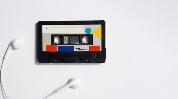 Fita colorida com fones de ouvido e cópia-espaço