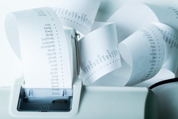 Fita com os números de papel da caixa registradora adicionando contabilidade detalhada