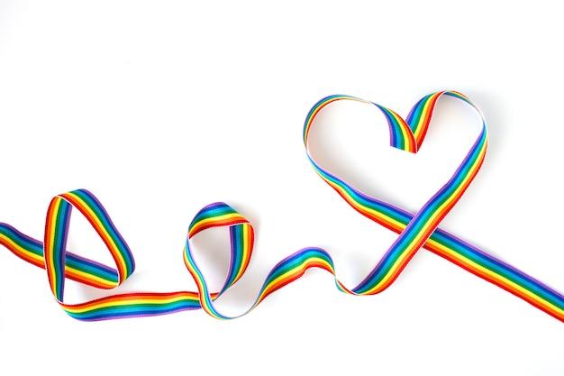 Fita de arco-íris em forma de coração isolada no branco
