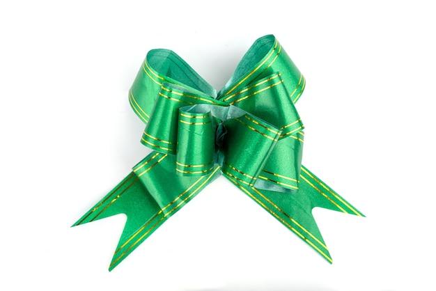 Fita de arco verde isolada em fundo branco