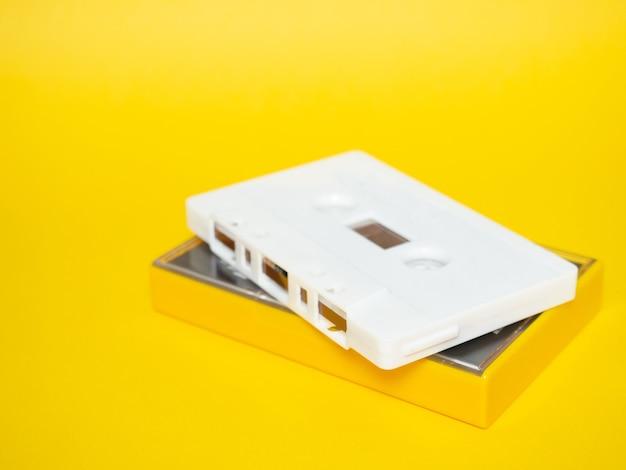 Fita de audio. fita de áudio vintage branca com fundo amarelo.
