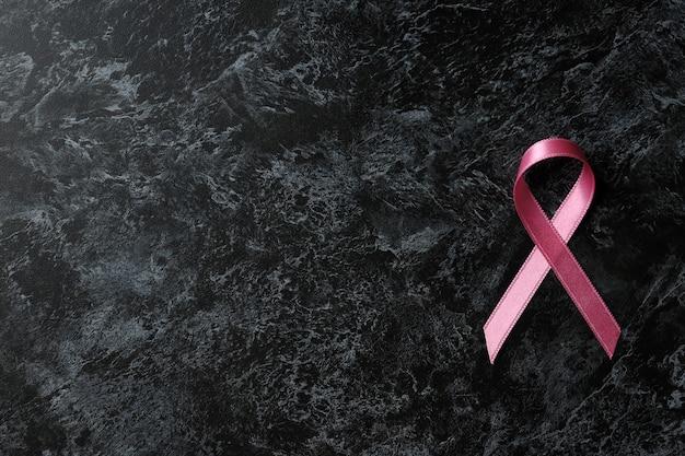 Fita de conscientização do câncer de mama em fundo preto esfumaçado
