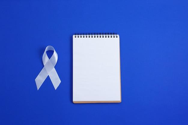 Fita de cor branca para aumentar a conscientização sobre câncer de pulmão e esclerose múltipla e dia internacional de não-violência contra as mulheres.