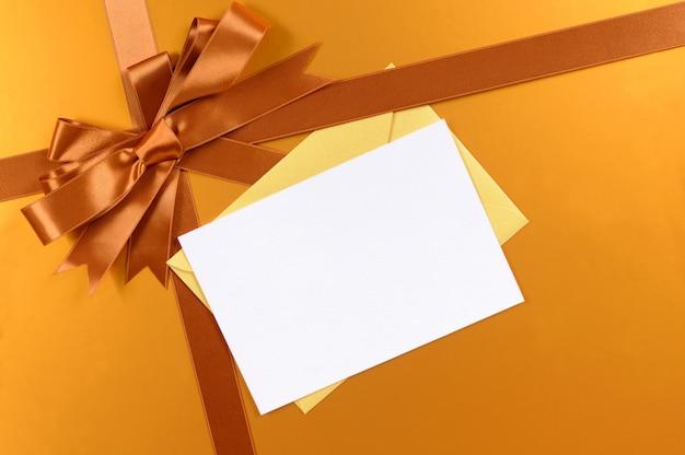 Fita de fundo de presente de natal ouro e arco, etiqueta de presente ou cartão de natal