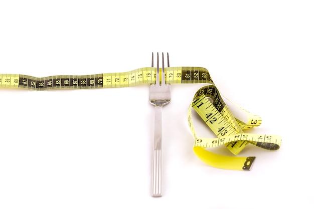 Fita de garfo e centímetro, conceito de emagrecimento
