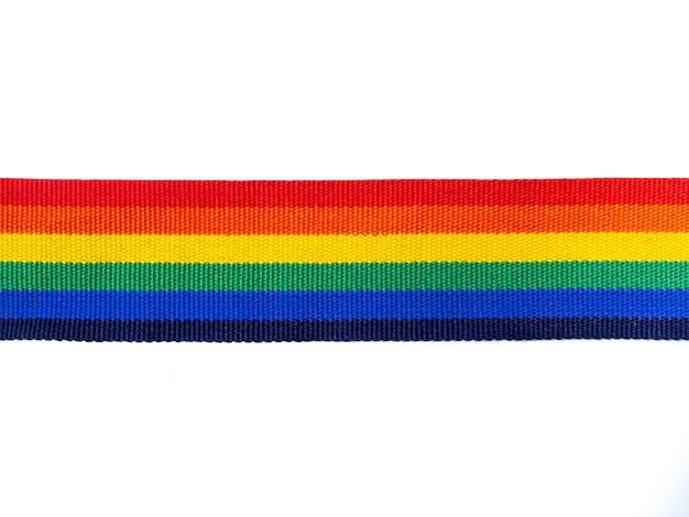 Fita de listra de arco-íris isolada no fundo branco com espaço de cópia. conceito lgbt com cores do orgulho e faixa da bandeira do arco-íris. fundo de banner lgbt.